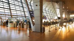 Seorang pria berdiri di Bandara Ben Gurion, Lod, Israel, Selasa (26/1/2021). Bandara Ben Gurion terpantau kosong setelah pemerintah menyetujui penutupan semua lalu lintas udara masuk dan keluar selama seminggu dalam upaya untuk menghentikan penyebaran virus corona COVID-19. (AP Photo/Oded Balilty)