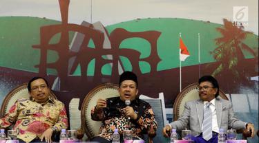 Wakil Ketua DPR Fahri Hamzah (tengah) bersama Wakil Ketua Komisi II Herman Khaeron (kiri) dan Anggota Komisi XI Johnny G Plate (kanan) saat diskusi Dialektika Demokrasi di Gedung Nusantara III, Jakarta, Kamis (4/10). (Liputan6.com/JohanTallo)