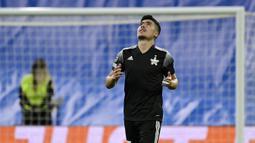 Asyik menyerang, Madrid justru kebobolan terlebih dahulu. Menit ke-25, umpan lambung Cristiano dari sisi kiri dituntaskan sundulan sempurna Yakhshiboev. (AFP/Javier Soriano)
