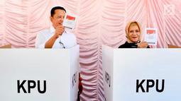 Ketua DPR RI Bambang Soesatyo bersama istri Lenny Sri Mulyani saat menggunakan hak pilihnya pada Pemilu 2019 di TPS 15, Kabupaten Purbalingga, Jawa Tengah, Rabu (17/4). TPS 15 merupakan TPS terdekat dari rumah tinggal Bamsoet di Jalan Ahmad Nur Purbalingga. (Liputan6.com/Pool/Humas DPR)