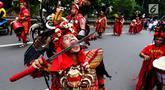 Peserta atraksi Tatung mengiris lidahnya dengan pedang saat arak-arakan perayaan Cap Go Meh di kawasan Petojo, Jakarta, Selasa (19/2). Arak-arakan ini melewati kawasan Petojo hingga Cideng. (Liputan6.com/Angga Yuniar)