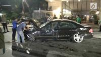 Dua mobil mewah rusak parah usai terlibat tabrakan beruntun di jalan Cikajang, Kebayoran Baru, Jakarta Selatan, Selasa dini hari tadi.