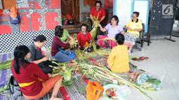 Sejumlah ibu serati banten mempersiapkan Gebogan yang akan digunakan dalam upacara Mecaru dalam menyambut perayaan hari Raya Nyepi dan Tahun baru Saka 1941 di Pura Tribhuana Agung Sukmajaya Depok, Jawa Barat, Selasa (5/3). (Liputan6.com/Herman Zakharia)