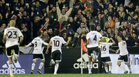 Para pemain Valencia merayakan gol yang dicetak ke gawang Barcelona pada laga La Liga Spanyol di Stadion Mestalla, Spanyol, Sabtu (5/12/2015). (AFP Photo/Jose Jordan)