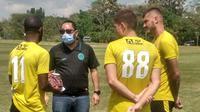 Dirut PSS Sleman, Marco Gracia Paulo saat bercengkerama dengan sejumlah pemain di lapangan Yogyakarta Internasional School (YIS). (Dokumen PSS Sleman)