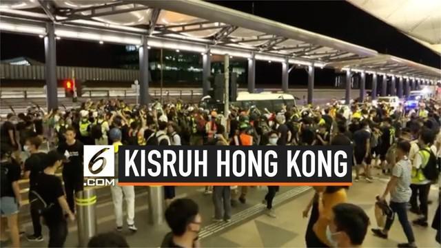 Kericuhan terjadi kembali antara polisi dan demonstran di bandara internasional Hong Kong. Mobil polisi yang melintas sempat diadang, hingga akhirya polisi menangkapi demonstran.