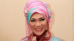 Dalam suatu acara, Dorce juga mulai mengkreasikan hijabnya dengan mengkombinasikan warna pastel dengan warna yang menyala.  (Agus Apriyanto/Kapanlagi)