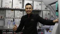 Pramugara Air Asia, Cahyo Agung Nugroho, merupakan salah satu pendukung setia Timnas Indonesia. (Bola.com/M. Iqbal Ichsan)