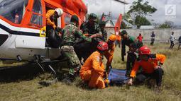 Tim gabungan evakuasi pendaki Gunung Rinjani membawa kantung jenazah saat tiba di Kantor Kecamatan Sembalun, Lombok Timur, NTB, Selasa (31/7). Tiga pendaki yang berhasil dievakuasi berada dalam kondisi selamat. (Liputan6.com/HO/Pendam Udayana)