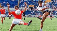 5. Gary Lineker, striker Inggris ini pernah merasakan tangan dingin Johan Cruyff saat di Barcelona pada musim 88/89. Namun hanya satu musim kebersamaan mereka karena Lineker  akhinya memutuskan untuk hijrah ke Tottenham. (AFP/Staff)