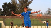 Selebrasi striker Bandung United, Azis Hutagalung, setelah mencetak gol ke gawang Cilegon United di Stadion Siliwangi, Bandung, Minggu (28/7/2019). ( Bola.com/Erwin Snaz)