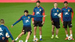Bek Spanyol, Sergio Ramos (ketiga kanan) melihat gelandang Daniel Parejo menendang bola selama sesi pelatihan di stadion Mestalla di Valencia (22/3). Spanyol akan bertanding melawan Norwegia pada grup F kualifikasi Euro 2020. (AFP Photo/Jose Jordan)