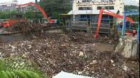Sampah menggunung di Pintu Air Manggarai, Jakarta Pusat, Selasa (22/9/2020). (Merdeka.com/Nur Habibie)