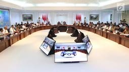 Suasana rapat terbatas persiapan Asian Games 2018 di Kantor Presiden Jakarta, Senin (28/5). Jokowi ingin memastikan persiapan infrastruktur, pembangunan venue maupun nonvenue, termasuk juga persiapan teknis. (Liputan6.com/Angga Yuniar)