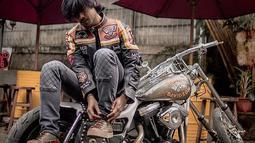 Saking cintanya dengan motor, ia bahkan ingin menularkan minat dan hobinya kepada anak laki-lakinya jika suatu saat dikaruniai. Chicco mengatakan hobi mengendarai motor dan koleksi motor awalnya datang dari anak-anak motor yang suka nongkrong di Filosofi Kopi.(Liputan6.com/IG/@chicco.jerikho)