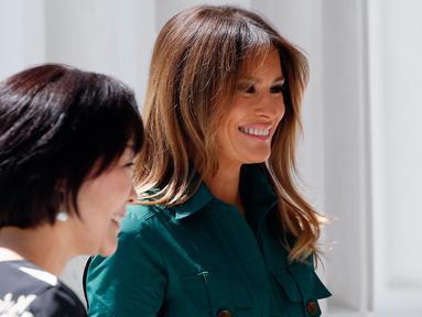 Istri Presiden AS, Donald Trump, Melania Trump saat mendampingi istri Perdana Menteri Jepang Shinzo Abe, Akie di Museum Flagler di Palm Beach, Florida (18/4). Akie berkunjung ke AS untuk mendampingi suaminya PM Shinzo Abe. (AFP/Rhona Wise)