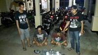 Tersangka pemilik bubuk petasan dan petasan siap ledak ditangkap polisi Kebumen. (Foto: Liputan6.com/Muhamad Ridlo)