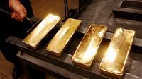 Seorang pekerja mengangkat emas batangan 99,99 murni yang selesai dicetak di pabrik logam mulia Krastsvetmet, Rusia, 24 Oktober 2016. Krastsvetmet merupakan salah satu produsen terbesar di dunia dalam industri logam mulia (Reuters/Ilya Naymushin)