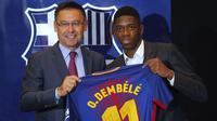 Ousmane Dembele berfoto menggunakan jersey tim dengan Presiden FC Barcelona, Josep Maria Bartomeu di Camp Nou stadium, Barcelona, (27/8/2017). Barcelona menebus Ousmane Dembele sebesar Rp. 2,3 triliun dari Dortmund. (AP/Manu Fernandez)