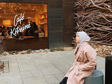 Natasha Rizky Pradita, seleb cantik Tanah Air yang selalu dinanti-nantikan gaya penampilannya. Ia selalu terlihat fashionable di berbagai momen. Seperti saat nongkrong di Cafe Kitsune di Paris, Prancis. Dengan style warna kalem, istri dari Desta ini tampak menawan. (Liputan6.com/IG/@natasharizkynew)