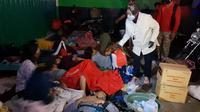 Mensos Tri Rismaharini meninjau lokasi pengungsian warga terdampak banjir di Kabupaten Bekasi. (Istimewa)
