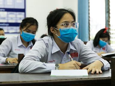 Para siswa mengenakan masker saat mengikuti kelas di sebuah sekolah di Vientiane, Laos, Selasa (19/5/2020). Siswa tingkat akhir sekolah dasar, menengah pertama, dan menengah di Laos sudah mulai bersekolah sejak 18 Mei 2020. (Xinhua/Kaikeo Saiyasane)