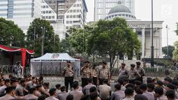 Polisi berjaga menjelang sidang perdana MK Pemilu 2019 di halaman depan Gedung Mahkamah Konstitusi, Jakarta, Jumat, (14/6/2019). Polri kembali menerapkan skema pengamanan empat lapis atau ring untuk mengawal jalannya sidang. (Liputan6.com/Johan Tallo)