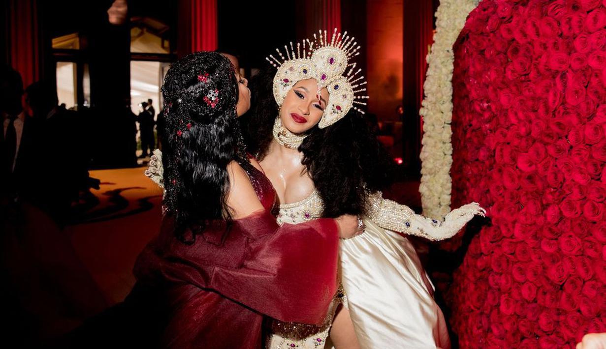 Di Met Gala 2018, para fotografer mengabadikan momen akurnya Cardi B dan Nicki Minaj. (Getty Images/Cosmopolitan)
