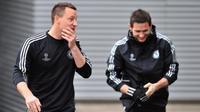 Bek Chelsea, John Terry (kiri), bersama mantan rekan setimnya, Frank Lampard (kanan). (AFP/Glyn Kirk)