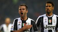 Miralem Pjanic mencetak gol ketiga Juventus pada menit ke-90+2 ke gawang Torino dalam laga pekan ke-16 Serie A 2016-2017 di Stadion Olimpico Grande Torino, Minggu (11/12/2016). (AFP/Marco Bertorello)