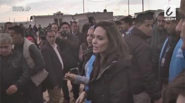 Angelina Jolie kunjungi pengungsi Suriah di Kamp Zaatari, Yordania.