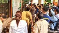 Kepolisian dan Satpol PP Kabupaten Bekasi menyegel wahana Waterboom Lippo Cikarang, Senin (11/1/2021), menyusul laporan dugaan pelanggaran protokol kesehatan oleh ribuan pengunjung pada Minggu 10 Januari 2021. (Liputan6.com/Bam Sinulingga)