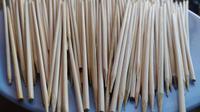 Pemberlakuan PPKM Darurat Covid-19 tak menghalangi warga untuk tetap melestarikan tradisi nyate, walhasil kebutuhan tusuk sate pun terbilang tinggi. (Liputan6.com/Jayadi Supriadin)