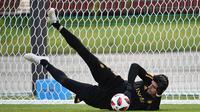 Kiper Belgia, Thibaut Courtois berusaha menangkap bola saat mengikuti latihan tim di Dedovsk, Moskow, (8/7). Belgia akan bertanding pada semifinal Piala Dunia 2018 melawan Prancis. (AFP Photo/Franck Fife)