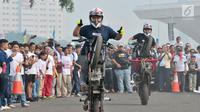 Freestyler melakukan atraksi freestyle sepeda motor saat memeriahkan Festival Damai Millenial Road Safety di Monas, Jakarta, Minggu (23/6/2019). Festival ini menyosialisasikan disiplin berlalu lintas serta merajut persatuan dan kesatuan, khususnya generasi millienial. (merdeka.com/Iqbal Nugroho)
