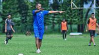 Asisten pelatih Arema FC, Charis Yulianto. (Bola.com/Iwan Setiawan)