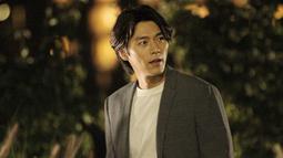 Penampilan semi-formal yang dikenakan oleh Hyun Bin satu ini juga bisa jadikan inspirasi gaya OOTD. Bahkan, rambutnya yang terlihat sedikit gondrong pun dinilai menambah poin penampilannya. (Liputan6.com/IG/@vast.ent)