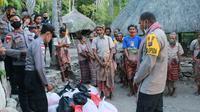 Foto: Wakapolda NTT, Brigjen Pol Jhoni Asadoma saat membagikan paket sembako ke warga suku Boti, Kabupaten Timor Tengah Selatan, NTT (Liputan6.com/Ola Keda)