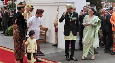 Putra Presiden RI ke-6 Susilo Bambang Yudhoyono atau SBY, Agus Harimurti Yudhoyono atau AHY didampingi istri Annisa Pohan memberi hormat kepada Presiden Joko Widodo jelang Upacara HUT ke-74 RI di Istana Merdeka, Jakarta, Sabtu (17/8/2019). (Liputan6.com/HO/Anung Aninditio)