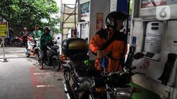 Pengendara motor melakukan pengisian baham bakar minyak (BBM) di SPBU, Jakarta, Rabu (5/2/2020). Pemerintah mencanangkan pembangunan BBM Satu Harga di 83 titik di Indonesia pada tahun 2020. (Liputan6.com/Angga Yuniar)