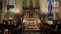 Suasana misa malam Natal di Gereja Katedral, Jakarta, Selasa (24/12/2019). Jemaat tampak khidmat dalam mengikuti prosesi ibadah tersebut. (Liputan6.com/Faizal Fanani)