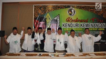 """Sejumlah ulama yang tergabung dalam Jaringan Kiai-Santri Nasional (JKSN) Jawa Tengah foto bersama usai konferensi pers bertajuk  """"Kenduri Kemenangan Jokowi-KH Ma'ruf Amin"""" di Semarang (22/4). Dalam acara ini para ulama akan berusaha menyatukan umat Islam seusai Pilpres 2019. (Liputan6.com/Gholib)"""