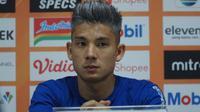 Gelandang Persib Bandung Kim Jeffrey Kurniawan kecewa timnya kalah di menit akhir saat melawan Bhayangkara FC. (Liputan6.com/Huyogo Simbolon)