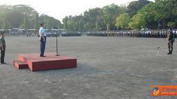 Citizen6, Cilangkap: Upacara yang diikuti oleh prajurit TNI maupun PNS TNI yang bertugas di lingkungan Mabes TNI Cilangkap, berlangsung dengan tertib dan khidmat serta penuh semangat, Selasa (17/7). (Pengirim: Badarudin Bakri)