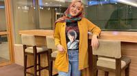Putri Delina, putri cantik Sule yang kerap tampil stylish dalam balutan hijab. (dok. Instagram @putridelinaa/https://www.instagram.com/p/BtXbA0WHx4c/Putu Elmira)