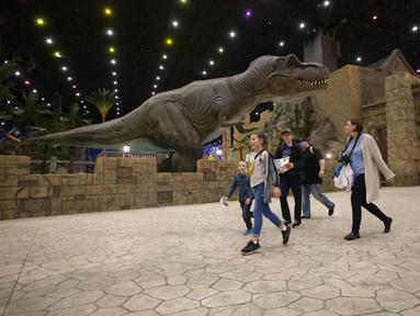 Orang-orang mengunjungi taman hiburan Dream Island di Moskow, Rusia (18/7/2020). Taman hiburan indoor tersebut dibuka kembali untuk umum pada Sabtu (18/7) setelah ditutup sementara akibat pandemi COVID-19. (Xinhua/Alexander Zemlianichenko Jr)