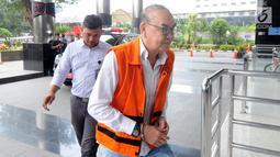 Terdakwa kasus PLTU Riau-1, Johannes Budisutrisno Kotjo berjalan masuk Gedung KPK, Jakarta, Selasa (26/2). Johannes Budisutrisno Kotjo diperiksa untuk pengembangan baru suap terkait proyek pembangunan PLTU Riau-1. (Merdeka.com/Dwi Narwoko)