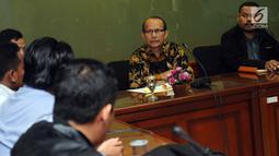 Pimpinan Komisi Yudisial, Maradaman Harahap (kedua kanan) saat menerima Aliansi Advokat Muda Indonesia di Jakarta, Kamis (18/5). AAMI memberi dukungan pengusutan dugaan pelanggaran kode etik Wakil Ketua Mahkamah Agung. (Liputan6.com/Helmi Fithriansyah)