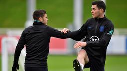 Gelandang Inggris Harry Winks (kiri) dan bek Michael Keane melakukan pemanasan selama sesi latihan tim di St George's Park di Burton-on-Trent, Inggris tengah (7/10/2019). Inggris akan melawan Republik Ceko pada kualifikasi Euro 2020 di Praha. (AFP Photo/Paul Ellis)