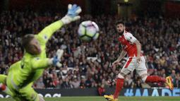 Aksi pemain Arsenal, Olivier Giroud saat melepaskan tembakan ke arah gawang Sunderland pada lanjutan Premier League di Emirates Stadium, London, (16/5/2017). Arsenal menang 2-0. (AP/Matt Dunham)